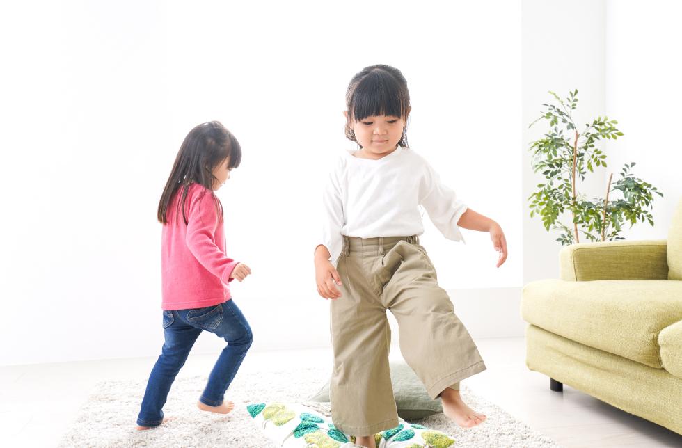 キッズスペースで遊ぶ女の子