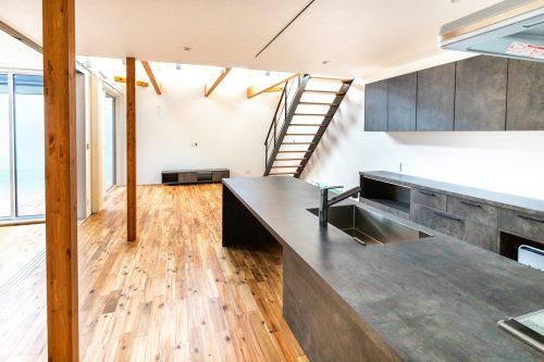"""【湿気の多いこの時期、""""エクセレントホーム標準仕様""""無垢の床材の魅力を実感できる季節です】"""