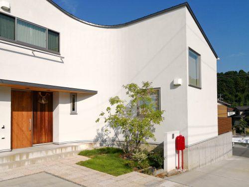 【シンプルかつインパクトのある外観デザインが際立つお家_伊勢市Sさま邸 施工事例-1】