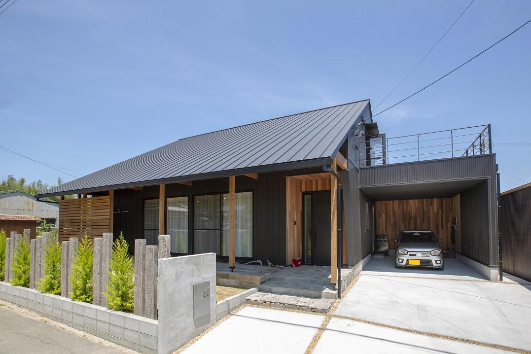 空間を吹抜けで繋ぐ大屋根のお家
