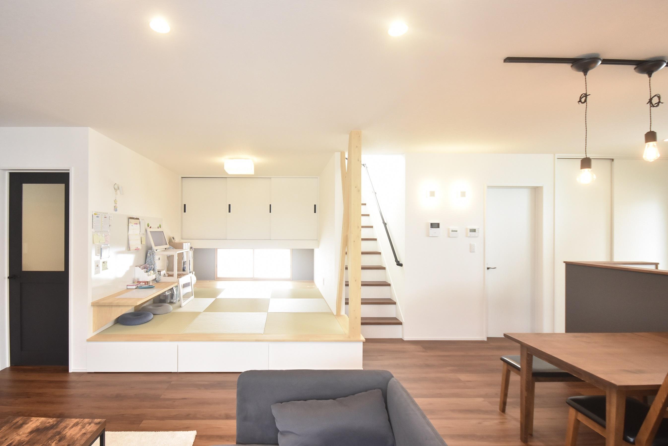 キッチンに光が差し込むアウトドアハウス